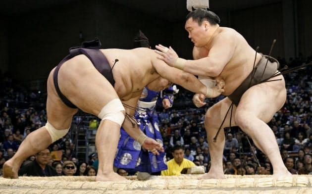 白鵬(右)が突き落としで妙義龍を下す(14日、福岡国際センター)=共同