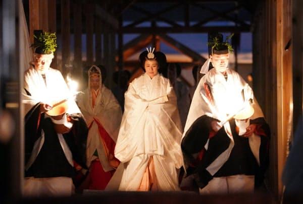 「悠紀殿供饌の儀」のため、大嘗宮の帳殿に向かう皇后さま(14日、皇居・東御苑)=代表撮影