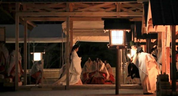 皇位継承儀式「大嘗祭」が行われる大嘗宮で、帳殿へ向かう皇后さま(14日、皇居・東御苑)=代表撮影