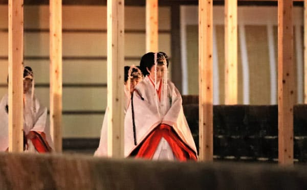 皇位継承儀式「大嘗祭」に、装束姿で臨む秋篠宮妃紀子さま(14日、皇居・東御苑)=代表撮影