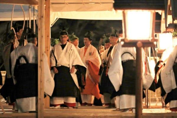 皇位継承儀式「大嘗祭」に、装束姿で臨む秋篠宮さま(14日、皇居・東御苑)=代表撮影