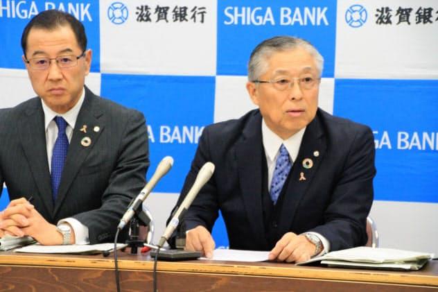 店舗網の再構築を発表する滋賀銀行の高橋祥二郎頭取(右)