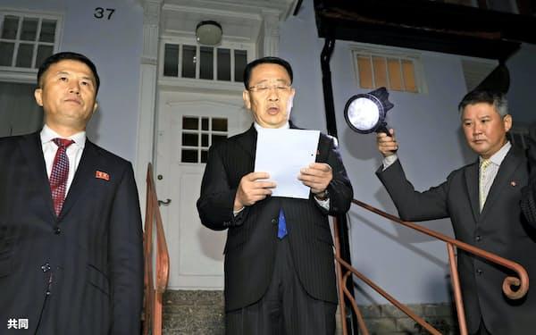 米国との協議後に声明を読み上げる北朝鮮の金明吉首席代表(10月5日、ストックホルム)=共同