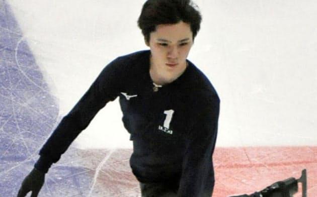 公式練習で体を動かす宇野昌磨(14日、モスクワ)=共同