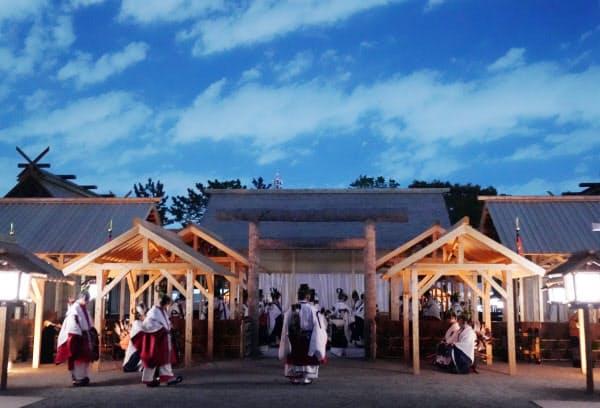 「悠紀殿供饌の儀」が行われている大嘗宮(14日、皇居・東御苑)=代表撮影