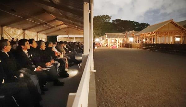 幄舎(あくしゃ)から大嘗祭を見る参列者(14日、皇居・東御苑)=代表撮影