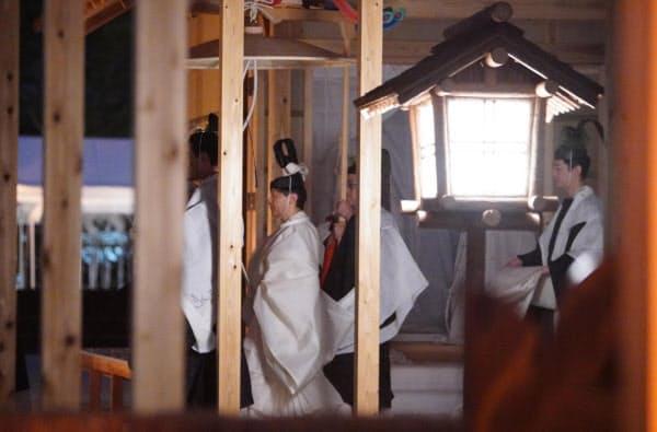 「悠紀殿供饌の儀」を終え、悠紀殿から退出する天皇陛下(14日、皇居・東御苑)=代表撮影