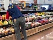 ウォルマートは生鮮食品の販売が好調(米アーカンソー州の店舗)