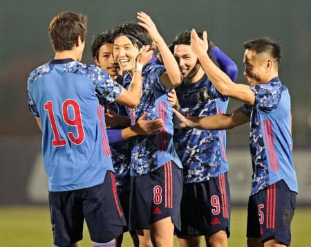 日本―キルギス 後半、FKで2点目を決め、酒井(19)らと喜ぶ原口(手前左から2人目)=共同