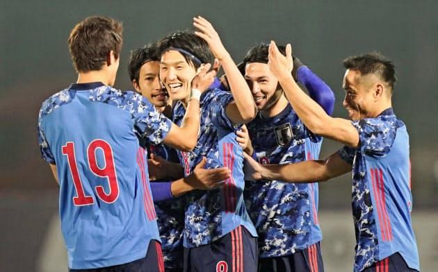 日本―キルギス戦の後半、FKで2点目を決め、酒井(19)らと喜ぶ原口(手前左から2人目)=共同
