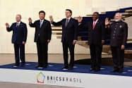 BRICS首脳会議で記念撮影する首脳ら(14日、ブラジリア)=共同
