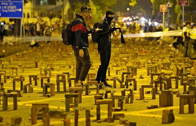 警官隊の侵入を防ごうと、香港理工大近くの道に積み上げられたれんが(14日、香港)=共同