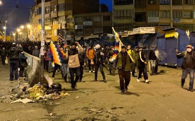 抗議活動に参加する与党支持者(11日、ボリビア西部ラパス)