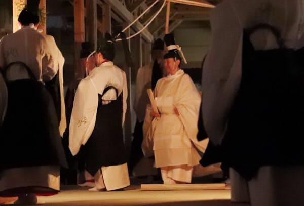「主基殿供饌の儀」のため「主基殿」に向かう天皇陛下(15日未明、皇居・東御苑)=代表撮影