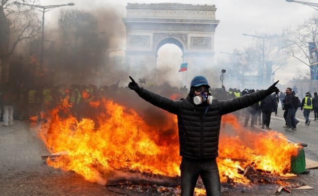 1年前に始まった「黄色いベスト」運動はフランス全土に広がった(3月、パリの凱旋門近くのシャンゼリゼ通り)=ロイター