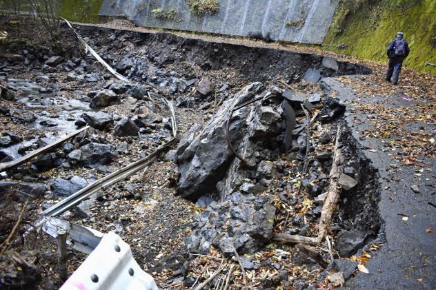 台風19号の影響で崩落した「御巣鷹の尾根」の登山口に向かう村道(14日、群馬県上野村)=共同