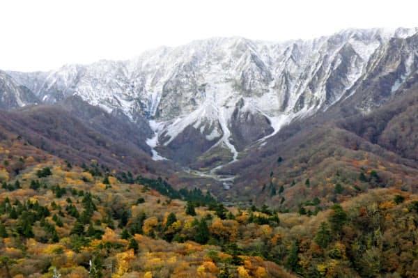 初冠雪が確認された国立公園・大山(15日午前、鳥取県大山町)=共同