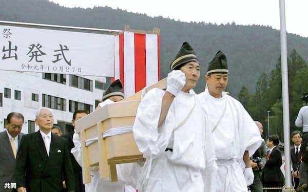 大嘗祭に献上する「麁服」が納められたきり箱を運ぶ男性ら(10月27日、徳島県美馬市)=共同