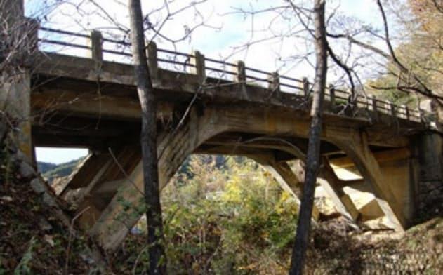 通行止めとなっている長野県松本市の矢久橋
