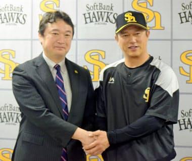 ソフトバンクが早速、平石前楽天監督(右)を1軍打撃兼野手総合コーチに迎え入れた。左は三笠杉彦ゼネラルマネジャー=共同