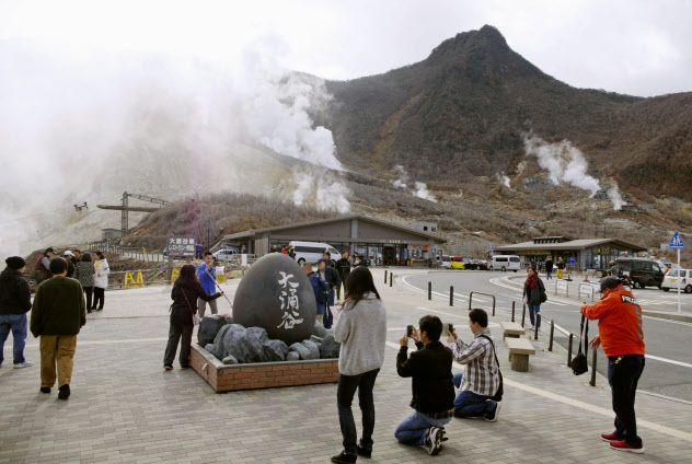 立ち入り規制が解除され、大勢の観光客が訪れた大涌谷(15日午前、神奈川県箱根町)=共同