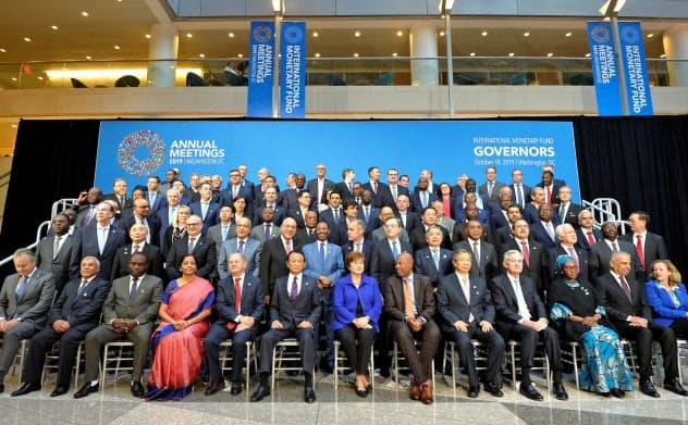 10月にワシントンで開かれたIMF年次総会に参加した各国の中央銀行総裁。新興国経済の成長予測は予断を許さない=ロイター