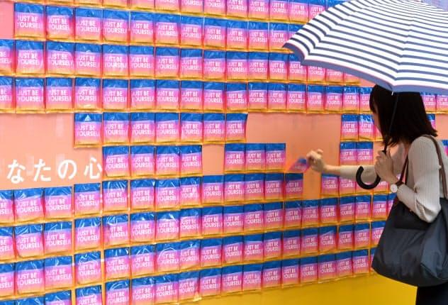 商業施設の外壁にずらりと貼り付けられた生理用ナプキン。人目に付く場所に出すことで生理について考えるきっかけに(東京都渋谷区)