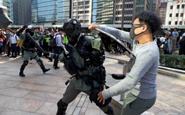 今や香港市民の過半数は、平和的な抗議活動がうまくいかなければ過激な行動をとることもやむを得ないと考えている=ロイター