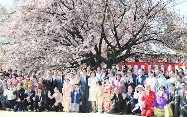 桜を見る会で参加者と記念写真に納まる安倍首相(2019年4月、東京・新宿御苑)