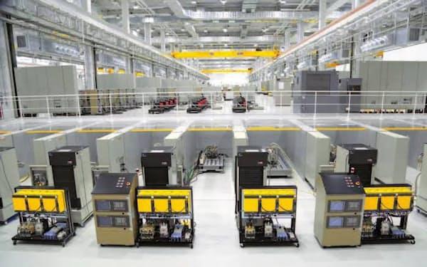 「信頼性評価棟」でNC装置やロボットなどの耐久性などを検証する(山梨県忍野村)