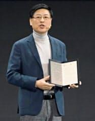 画面を折り畳めるパソコン「シンクパッド X1」を発表するレノボの楊元慶CEO(15日、北京)=ロイター