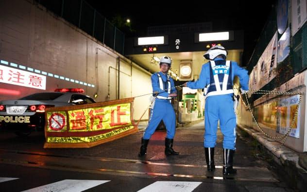 大規模交通規制の実証実験のため、閉鎖された首都高の外苑入り口(7月、東京都渋谷区)