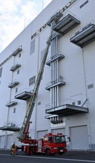 火災が発生した新製造棟で逃げ遅れた2人をはしご車で救出する訓練も行った(15日、岩手県北上市)