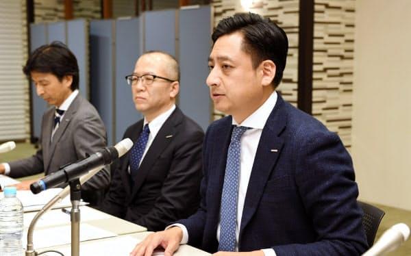 ぺんてるの連結子会社化の計画を発表するコクヨの黒田英邦社長(右)(15日、東京都港区)