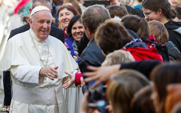 フランシスコ法王は笑顔やきさくな態度から人気が高い(バチカン)=ロイター