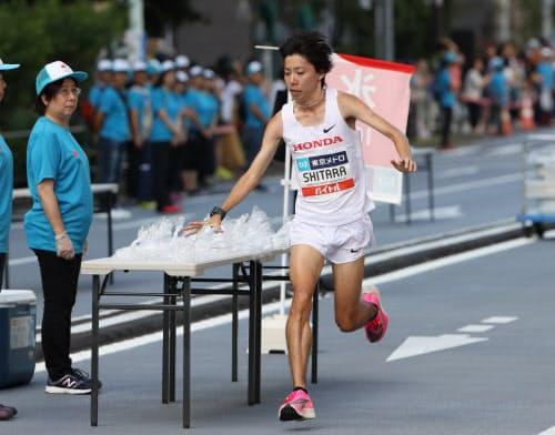 マラソンレースでは多くのボランティアが活躍する(19年9月のMGC)