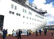 函館駅に近い若松埠頭では、クルーズ船客が歩いて観光に出かけられる