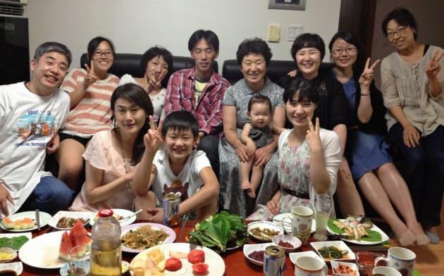 2013年に韓国・釜山を訪問。後列左から2人目が生駒社長、4人目が元さんの母、6人目が元さん