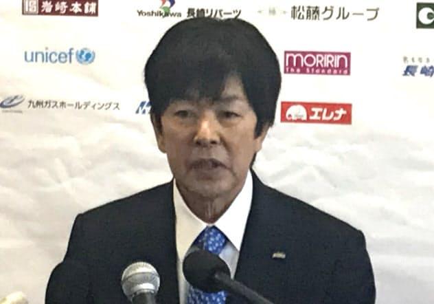 会見でV・ファーレン社長の退任を発表する高田氏(15日、長崎県諫早市)