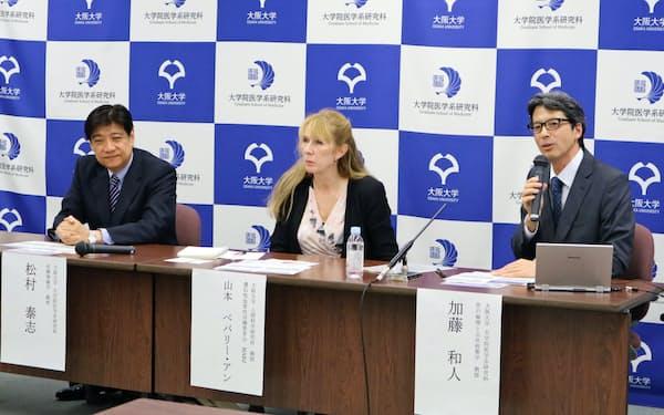 山本ベバリー・アンさん(中央)は希少疾患の患者が自身の症状を記入し、研究者が分析して治療法の開発に生かす取り組みにも参加している(2018年10月、大阪府吹田市の大阪大学医学部)