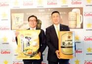 共同開発で会見したカルビーの伊藤秀二社長(左)とサッポロビールの高島英也社長(右)