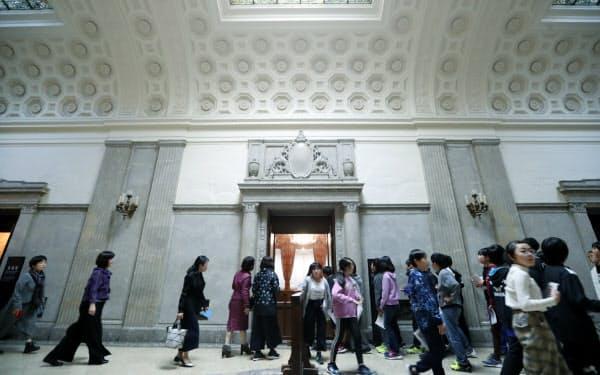 天皇陛下の「御休所」(中央)を境に右が参院、左が衆院です