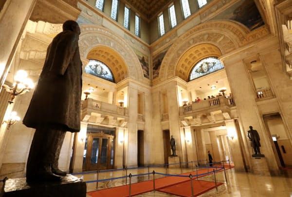 見学ルート外の2階。左が伊藤博文の銅像