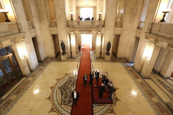 ルートでは中央広間の衆院側を見下ろすと、左に板垣退助、右に大隈重信の銅像が見えます
