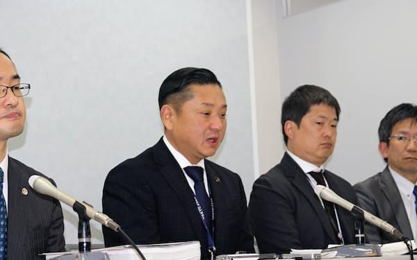 第1回口頭弁論後に記者会見する千代松・泉佐野市長(大阪市)