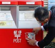 県内6000カ所の郵便ポストにQRコードを記したシールを貼付する(11日、千葉県庁)