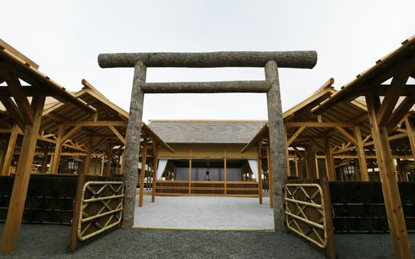 大嘗祭を前に公開された大嘗宮(13日午前、皇居)