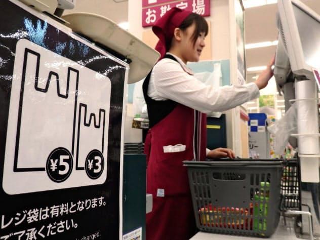 イオン九州は13年にレジ袋を有料化した(福岡県粕屋町)