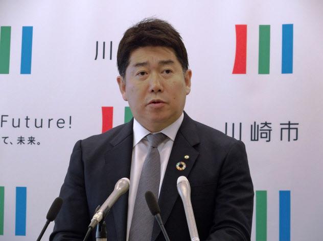 補正予算案について記者会見する川崎市の福田紀彦市長(15日)