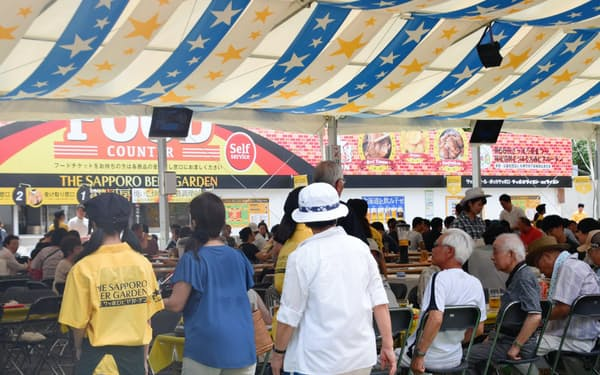 大通公園でサッポロビールが運営するビアガーデンには、日中から多くの人が訪れた(8月、札幌市)